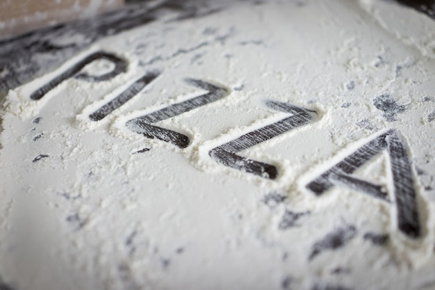Pizzaの準備ができた生地の書かれた手紙