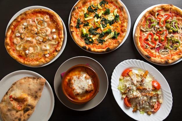 Пицца и типичные итальянские блюда, вид сверху.