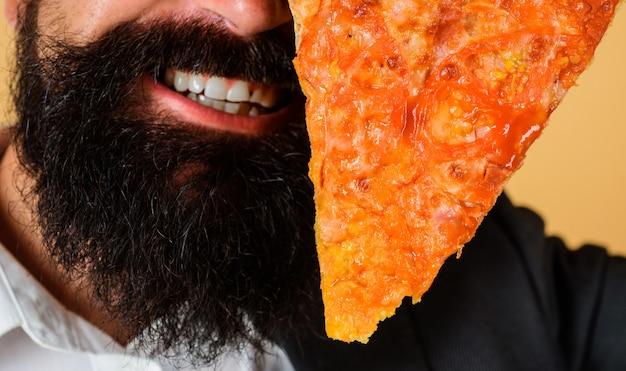 ピッツェリア。ピザのスライスを持つひげを生やした男。イタリア料理。おいしいファーストフード。