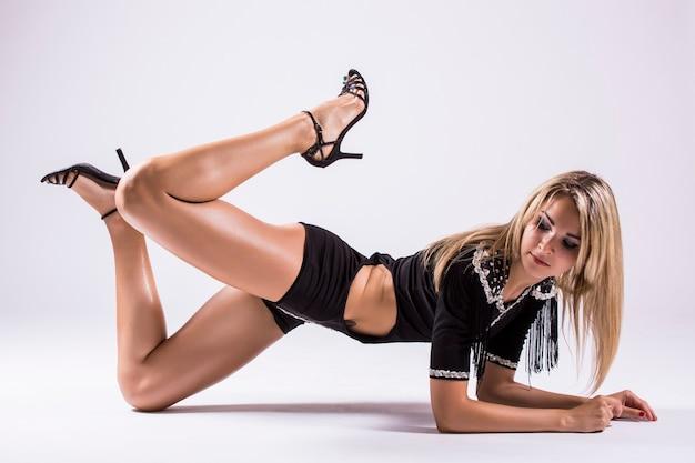 Pj-dance, молодая красивая танцовщица позирует в студии, изолированные на белом фоне