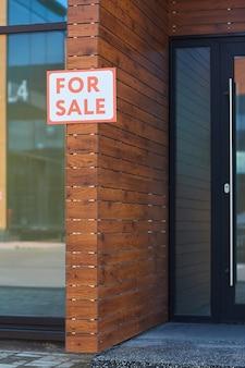 現代の家の壁に掛かっている販売のためのプラカード