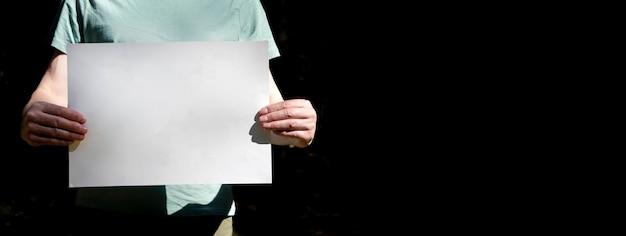 복사 공간이 있는 남성 손 배너의 플래카드 모형