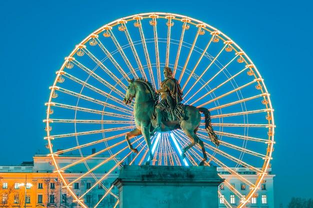 Place Bellecour, 유명한 루이 14 세의 동상과 바퀴 프리미엄 사진