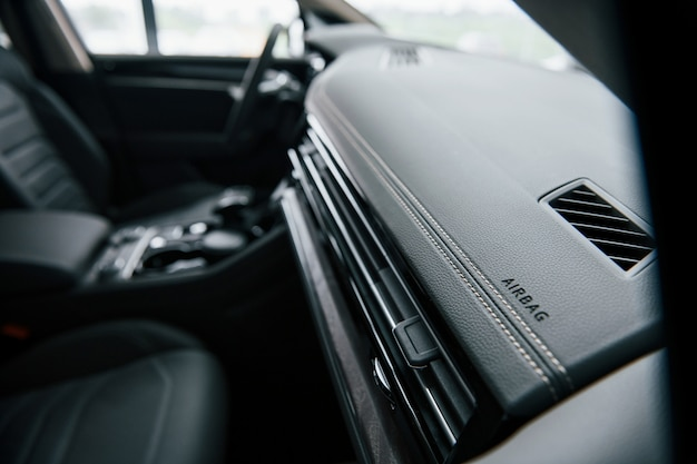 エアバッグのための場所。ブランドの新しいモダンな高級車のインテリアのクローズアップ表示