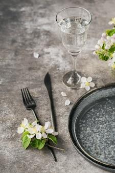 꽃이 만발한 사과 나무 가지와 꽃으로 테이블 설정