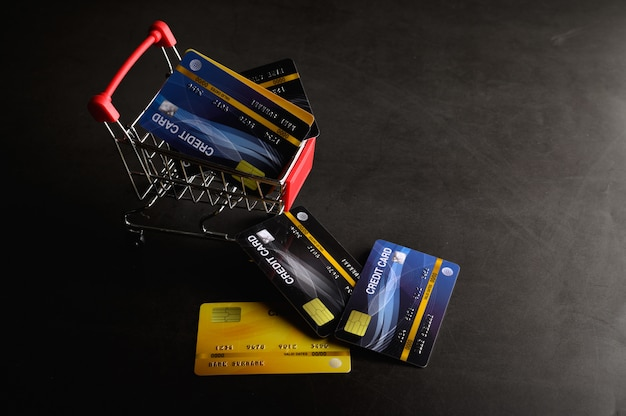 신용 카드를 카트와 바닥에 놓아 제품에 대한 비용을 지불하십시오.