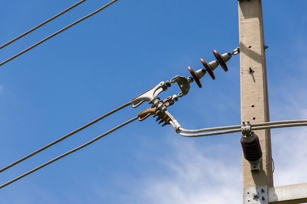 支持碍子への中電圧電線の配置