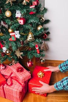 크리스마스 트리 아래 선물 상자 배치