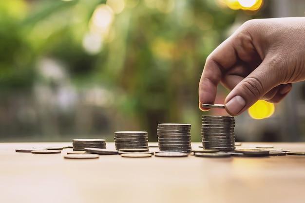 ステップとしてコインを配置する投資の概念と成長するビジネスの節約
