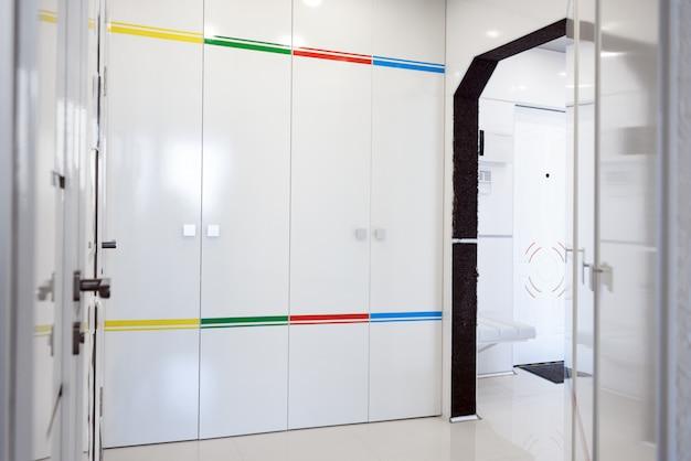 モダンな家の廊下のインテリア。白いplacticパネルおよびタイル。未来的なインテリアのコンセプトデザイン。自宅の宇宙船。