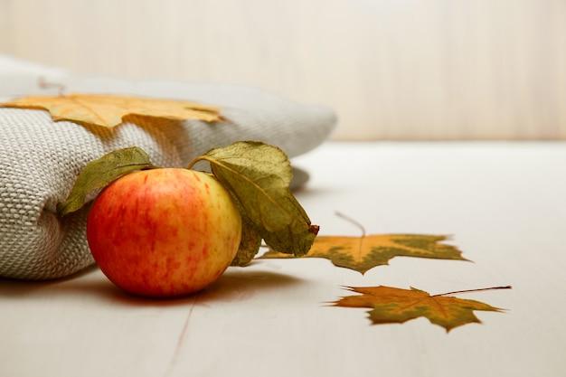 格子縞と秋のカエデの葉。