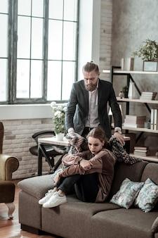肩にはチェック柄。病気の娘の肩に格子縞を置く思いやりのある愛情のある父親