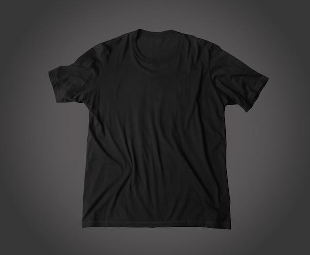 어두운 배경에서 격리된 일반 검은색 셔츠 모형