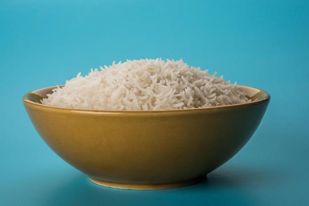 세라믹 그릇에 있는 일반 요리 인도 흰색 바스마티 쌀, 선택적 초점