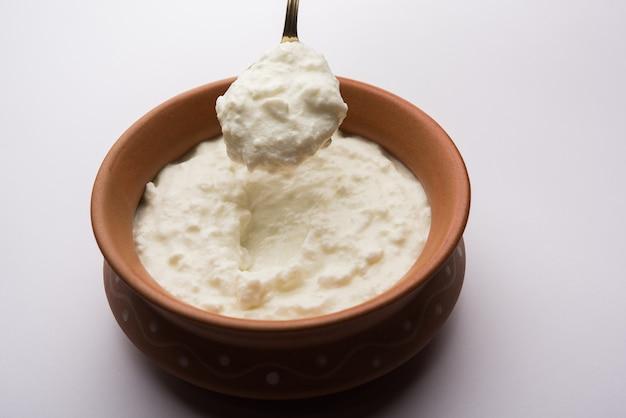 Обычный творог или йогурт, или дахи на хинди, подается в миске на мрачном фоне. выборочный фокус