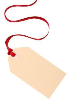 Обычный тег подарок с красной лентой, изолированных на белом фоне