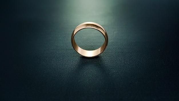 Plain gold engagement ring 01