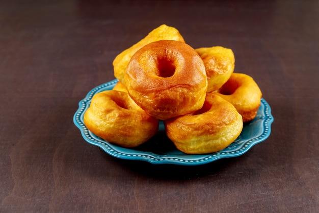 Простые домашние пончики на синем блюде
