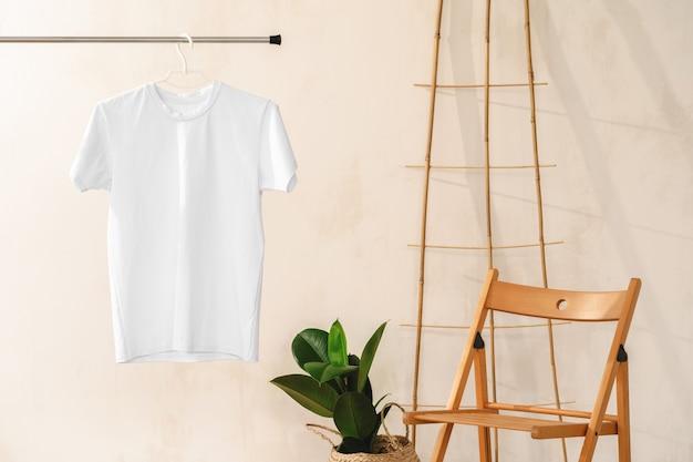 あなたのデザインのためのハンガーの無地の白い綿のtシャツ