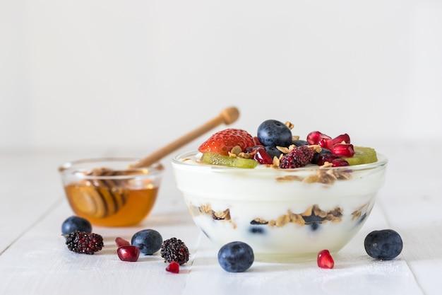 Простой йогурт с фруктами и орехами