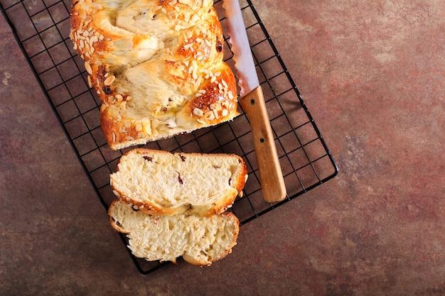 Плетеный фруктовый хлеб, хлеб пулла
