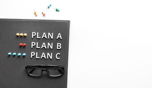 책상 테이블에 텍스트로 a, b, c 및 방향 개념을 계획하십시오. 비즈니스 관리. 회의 및 브레인 스토밍 개념