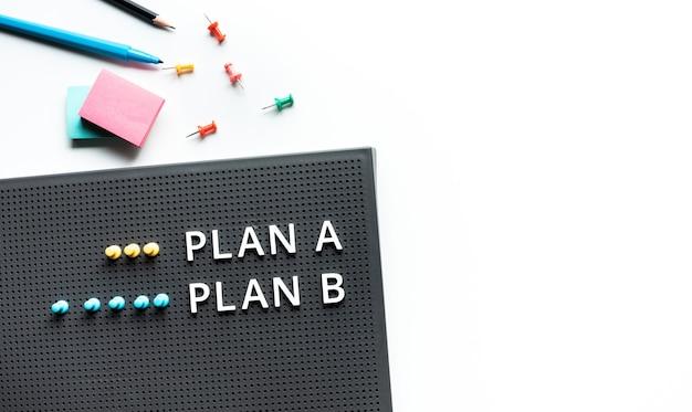 책상 테이블에 텍스트가있는 계획 및 방향 개념 비즈니스 management.meeting 및 브레인 스토밍 개념