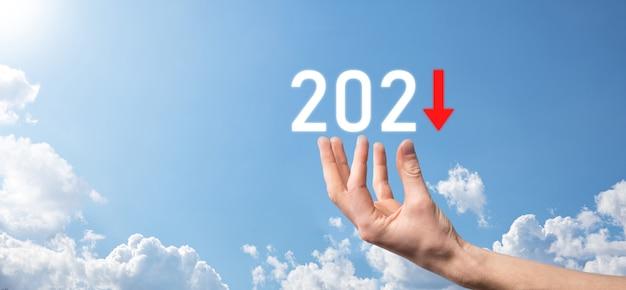 2021年のコンセプトでビジネスのマイナス成長を計画します。ビジネスマンの計画と彼のビジネスの否定的な指標の増加は、ビジネスの概念を拒否します。空の背景を握ります。