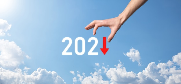 2021年のコンセプトでビジネスのマイナス成長を計画します。ビジネスマンの計画と彼のビジネスの否定的な指標の増加、ビジネスの概念を拒否します。空の背景を握ります。