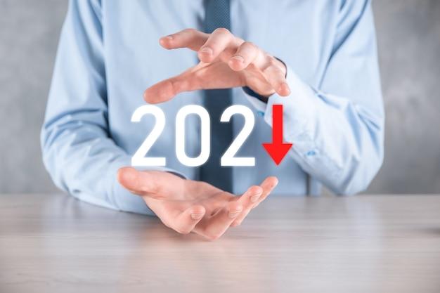 2021年のコンセプトでビジネスのマイナス成長を計画します。ビジネスマンの計画と彼のビジネスにおける否定的な指標の増加