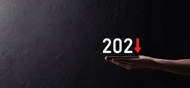 2021年のコンセプトでビジネスのマイナス成長を計画します。ビジネスマンの計画とネガティブの増加