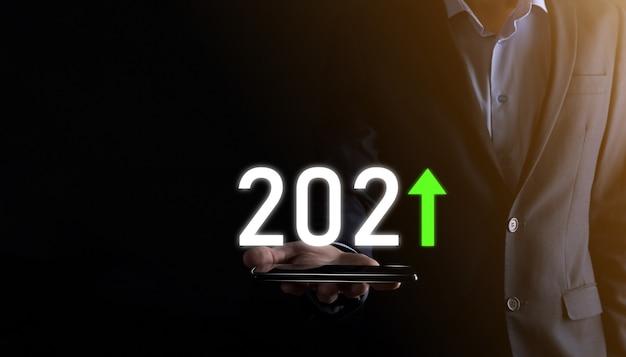 2021 년 개념에서 비즈니스 긍정적 인 성장을 계획합니다. 사업 계획 및 그의 사업에서 긍정적 인 지표의 증가, 비즈니스 개념 성장.