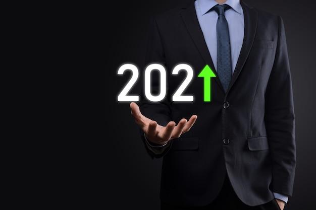 2021年のコンセプトでビジネスのプラス成長を計画します。ビジネスマンの計画と彼のビジネスの肯定的な指標の増加、ビジネスコンセプトの成長。