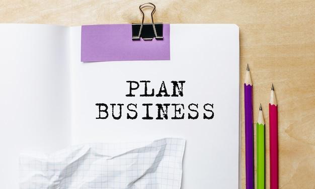 План бизнес текст, написанный на бумаге карандашами на столе в офисе