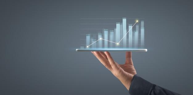 태블릿에서 그의 비즈니스에서 그래프 성장 및 차트 긍정적 지표 증가 계획