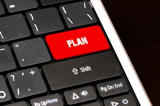 黒のキーボードの赤のenterボタンを計画します。
