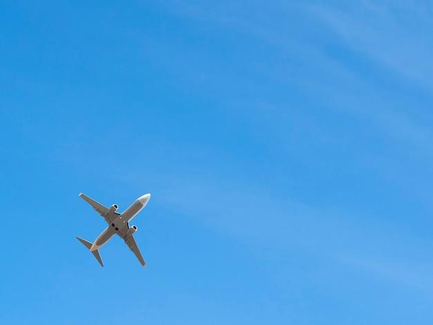 コピースペースで澄んだ青い空を飛んでいる飛行機。飛行機の輸送