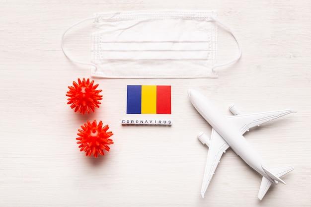 飛行機モデルとフェイスマスクとルーマニアの旗。コロナウイルスパンデミック。ヨーロッパとアジアからのコロナウイルスcovid-19による旅行者と旅行者のための飛行禁止と閉鎖国境。