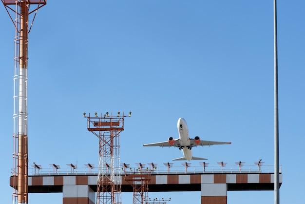 都市部の空港から離陸する飛行機