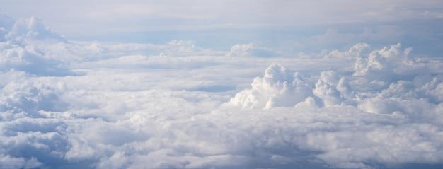 푸른 하늘과 구름과 비행기 창보기