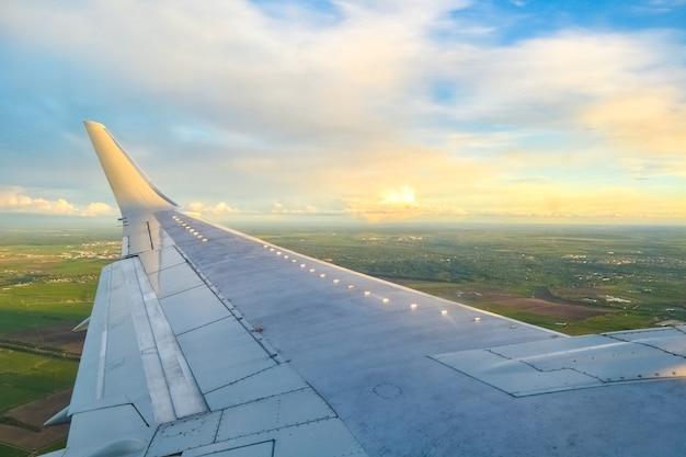 화창한 날에 하늘에 비행기 날개