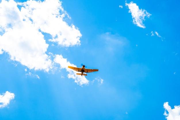 하늘에있는 작물에 스프레이로 비행기