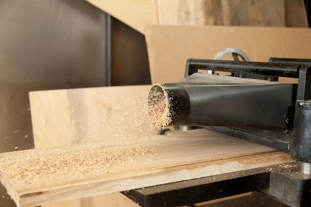 Строгальная машина уменьшает толщину деревянной доски