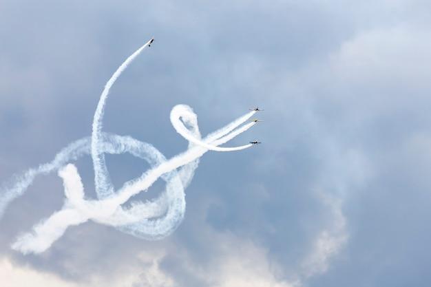 飛行機のアクロバティックなショー