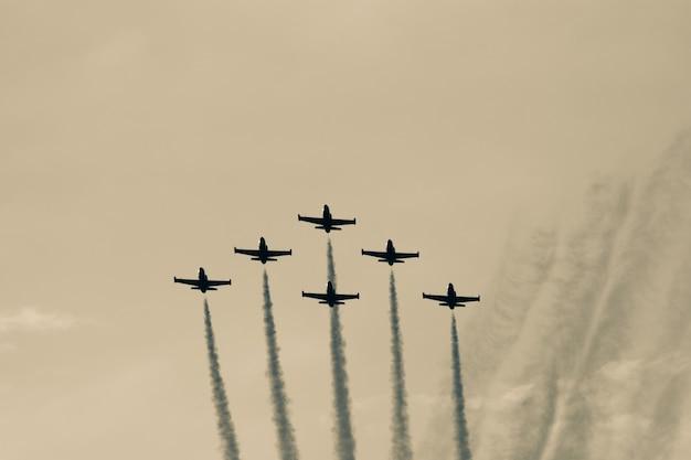 編隊飛行する飛行機分隊