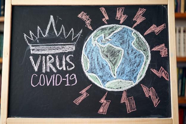 Планета земля в опасности предупреждение о вспышке. написано белым мелом на доске в связи с эпидемией коронавируса во всем мире. covid 19 пандемия текст на черном фоне
