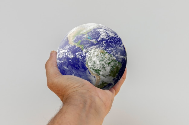 手のひらの惑星地球。 nasaによって提供されたこの画像の要素