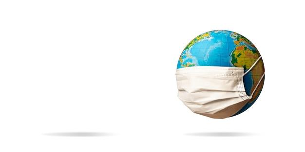 안면 마스크를 쓴 지구, 전염병 확산, 의학 및 의료의 개념. 전염병, 검역 및 격리, 코로나바이러스 covid-19에 대한 보호. 안전, 치료. 카피스페이스.