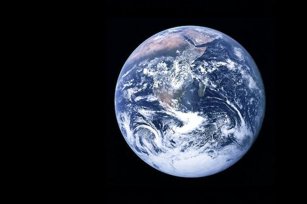 사이클론과 허리케인이 있는 지구. 이 이미지의 요소는 nasa에서 제공했습니다. 고품질 사진