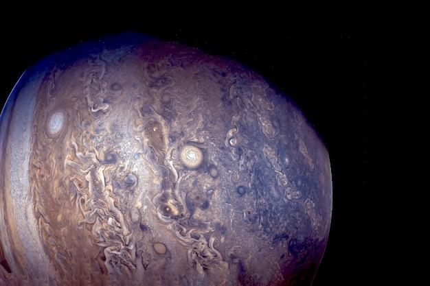 Nasa에서 제공한 이 이미지의 검정색 배경 요소에 큰 점이 있는 행성 목성